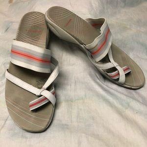 Merrell Femmes slip on sandals gray w/ striped top